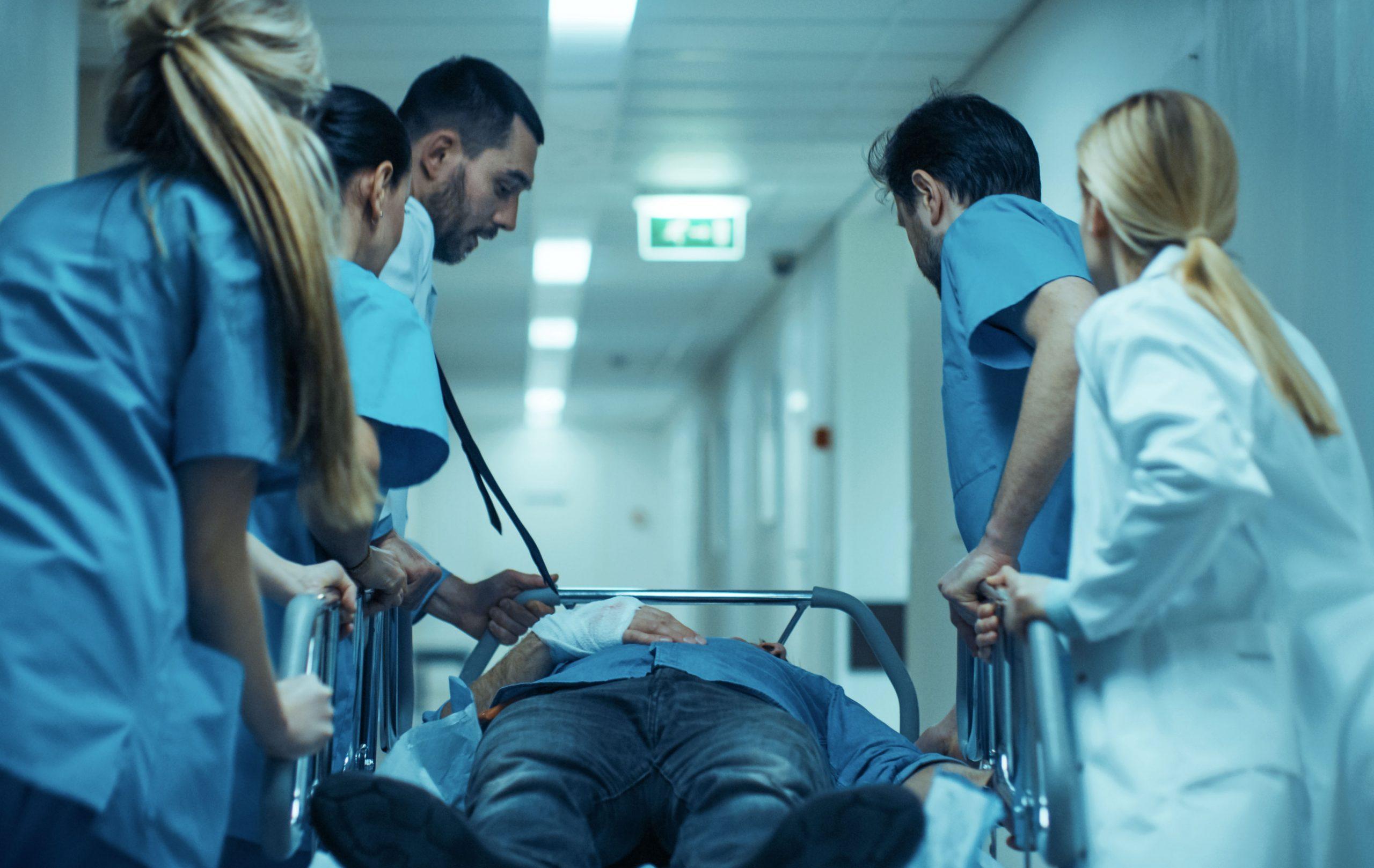 docteurs se rendant dans un bloc opératoire