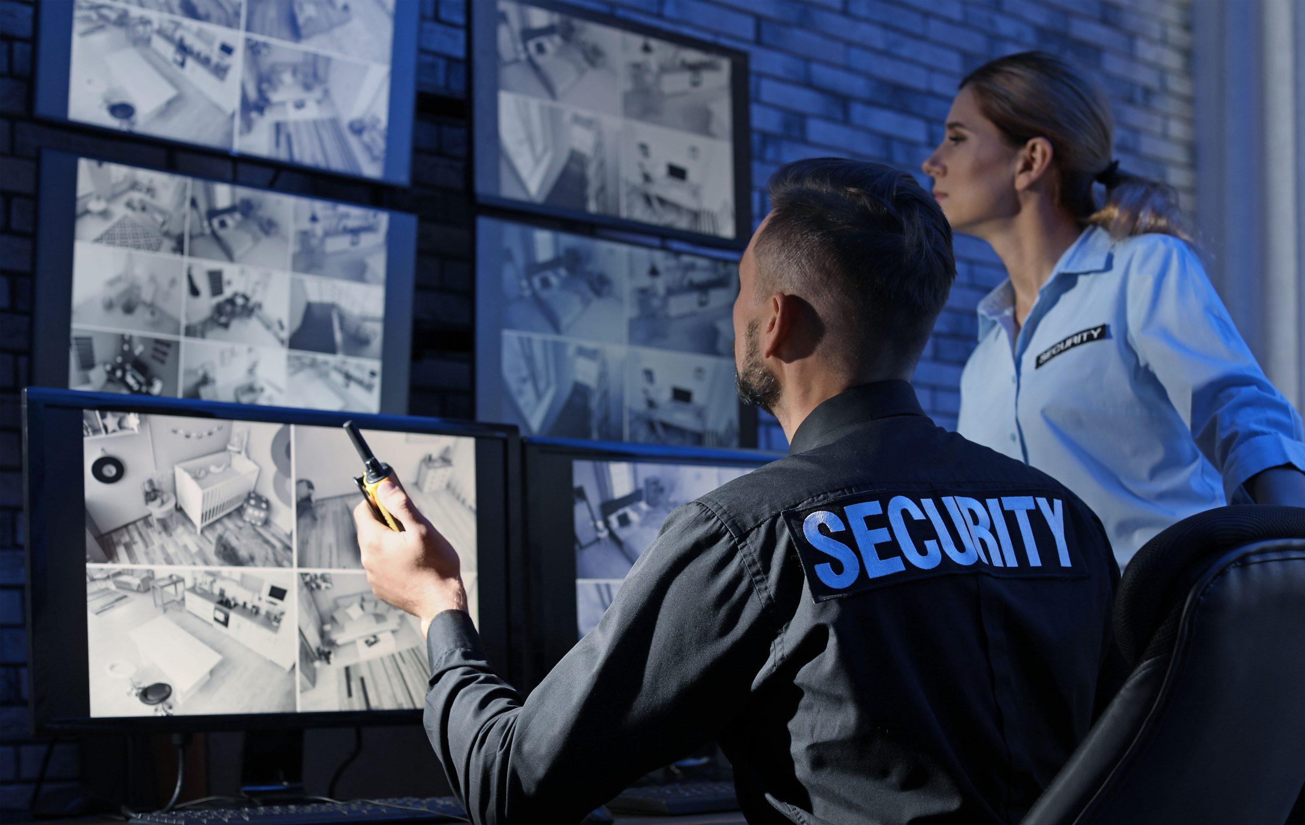 agents de sécurité devant des écrans de surveillance