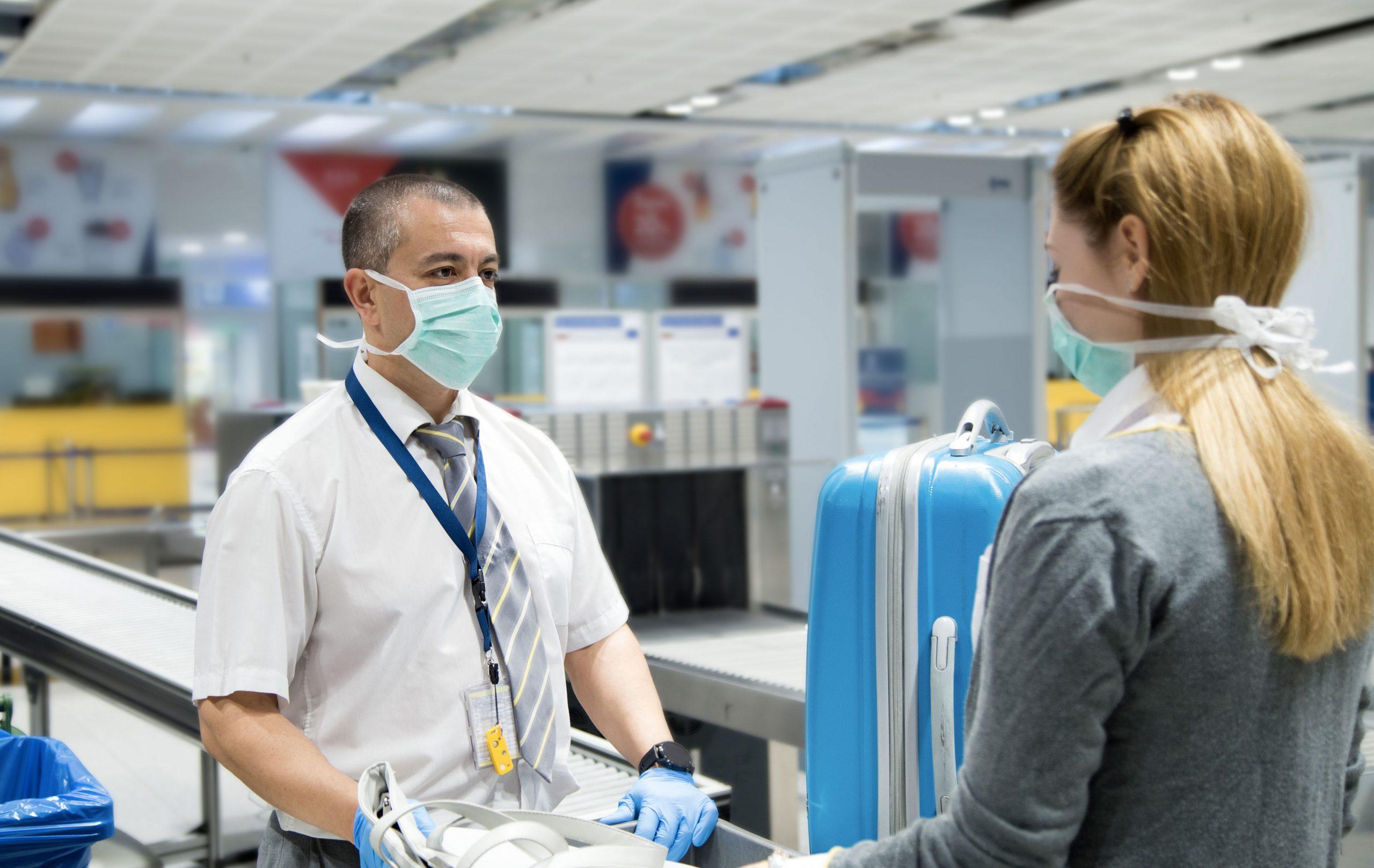 personnes portant des masques dans un aéroport