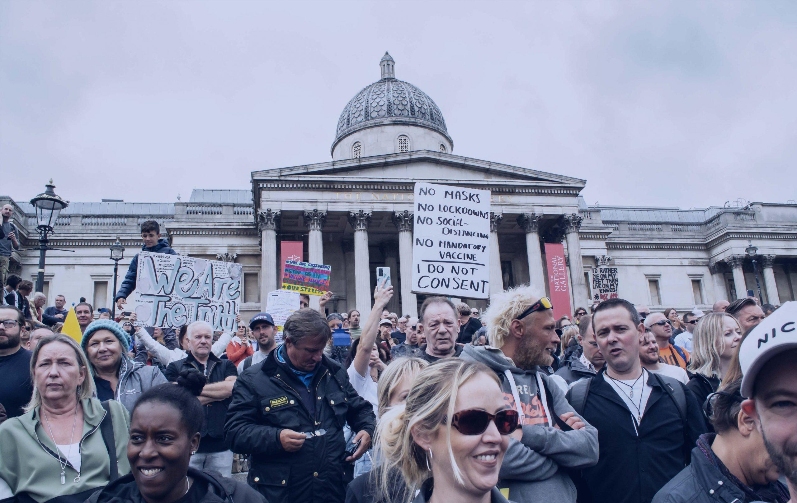 groupe de manifestants devant Trafalgar Square