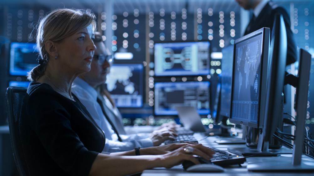 Une femme travaillant dans la cybersécurité