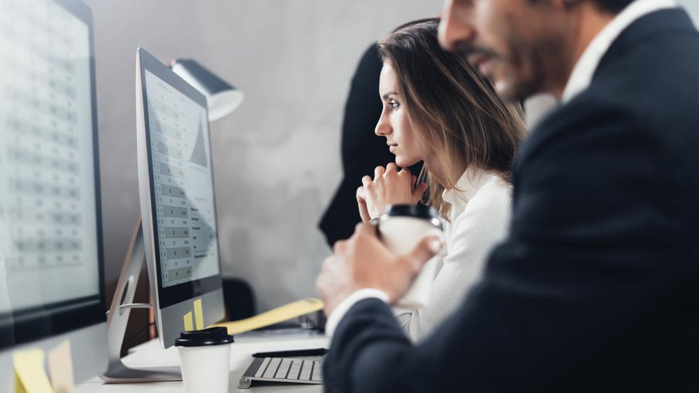 Deux professionnels devant un ordinateur