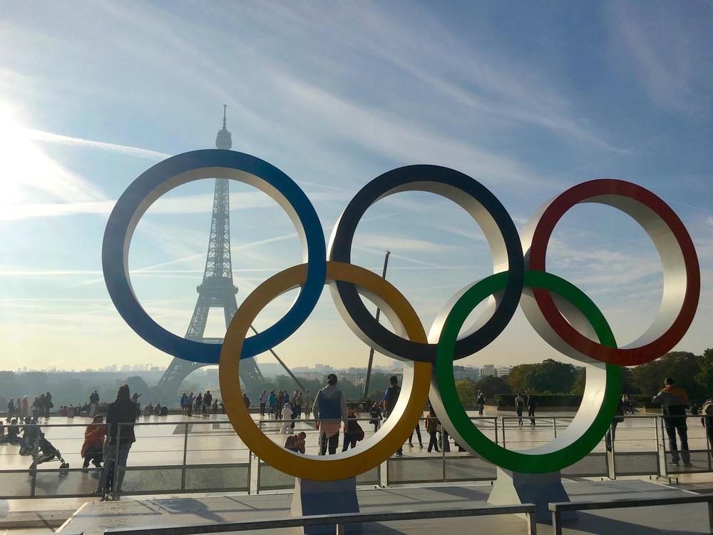 Les anneaux olympiques sur la place du Trocadero à Paris