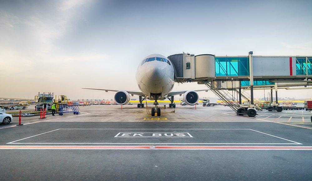 Avion de face à l'aéroport de Dubai