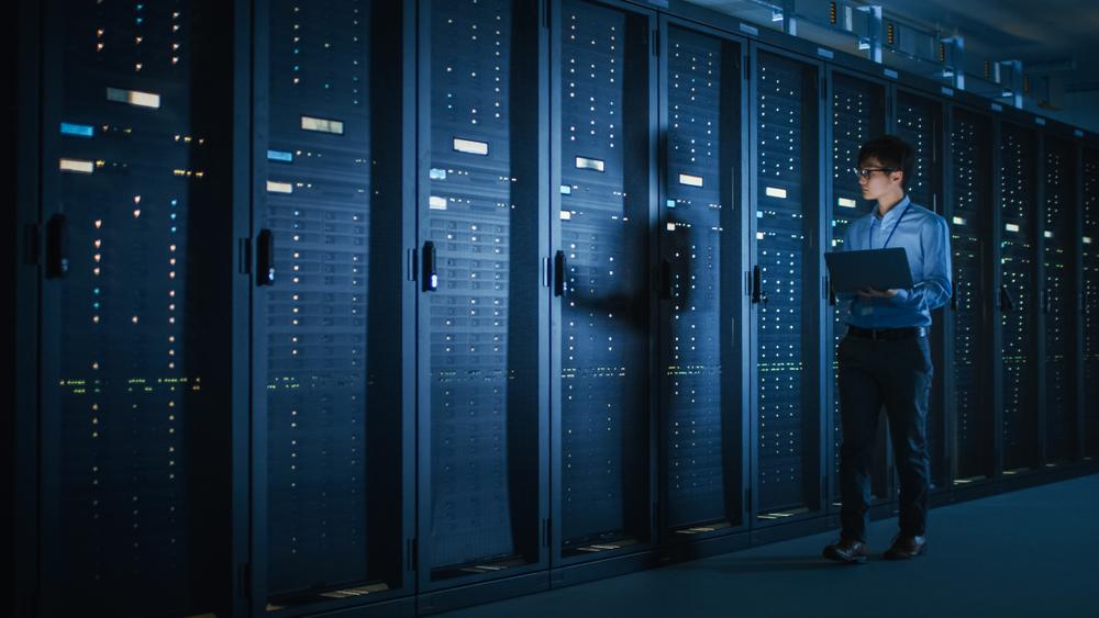 Homme dans un datacenter