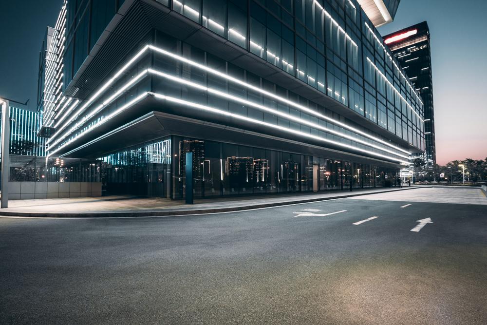 Batiment lumineux de nuit en ville