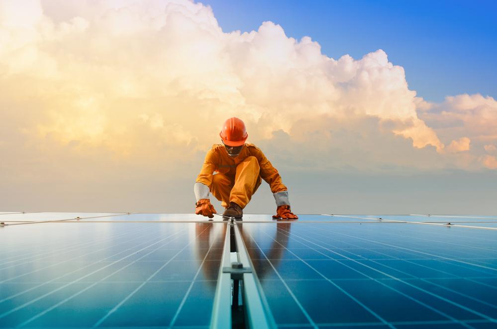 Ouvrier travaillant sur des panneaux solaires