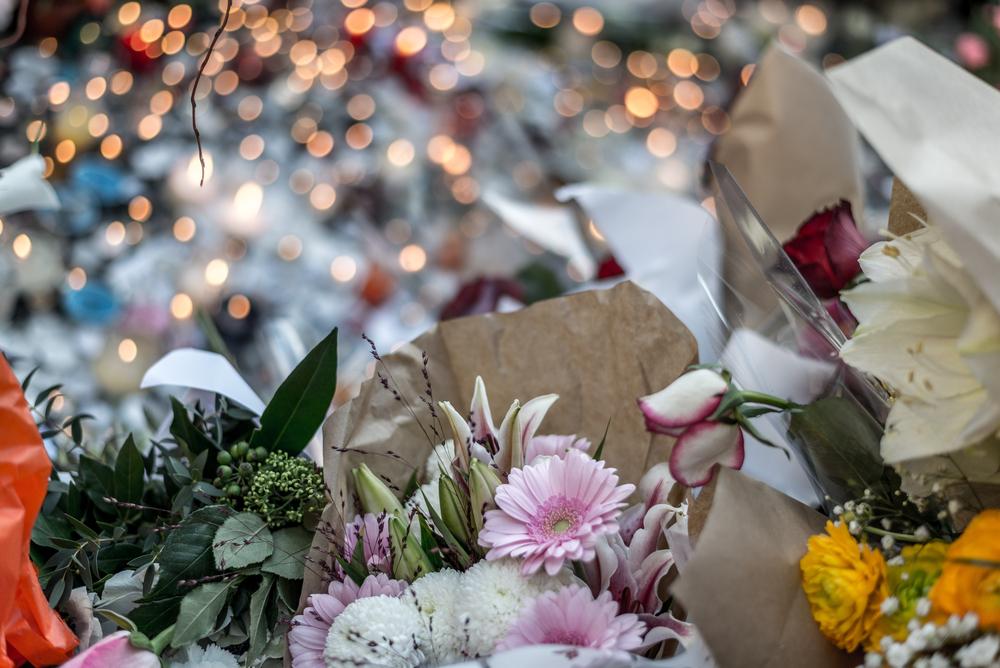 Fleurs en hommage à une tuerie